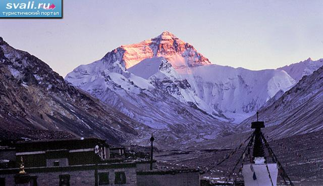 Монастырь Ронгбук, вид на Эверест (Джомолунгма, Everest, Qomolangma) на закате, Тибет.
