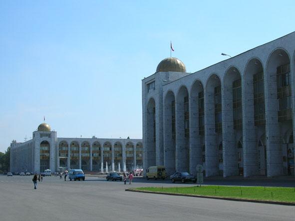 Главный проспект Бишкека.  Можно прогуливаться и ощущать красоту города.